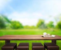 O fundo de madeira do tampo da mesa e 3d verdes rendem Imagens de Stock