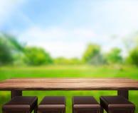 O fundo de madeira do tampo da mesa e 3d verdes rendem Imagens de Stock Royalty Free