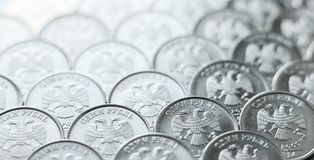 O fundo de moedas brilhantes, metálicas de uma ordenança do rublo arranjou no plano imagens de stock