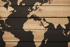 O fundo de plantas de madeira ásperas com vista parcial do mapa do mundo com oceanos pintou o marrom escuro fotos de stock royalty free