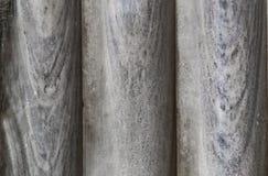 O fundo de três colunas de mármore velhas terminou acima junto - o cinza do close-up com tons azuis fotos de stock