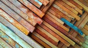 o fundo de uma pilha de madeira do coco arranjou ordenadamente pronto para ser usado como o material da construção civil fotografia de stock
