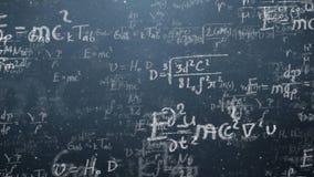 O fundo disparou do quadro-negro com fórmulas científicas e algébricas e os gráficos escritos nele nos gráficos Negócios foto de stock