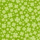 O fundo do dia do St Patricks com o trevo verde afortunado sae Foto de Stock