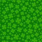 O fundo do dia do St Patricks com o trevo verde afortunado sae Imagem de Stock