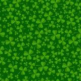 O fundo do dia do St Patricks com trevo verde sae Imagem de Stock