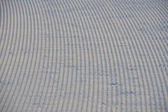 O fundo do esqui - trilhas em declive do esqui na inclinação do esqui - esqui arrasta na inclinação do esqui Fotografia de Stock
