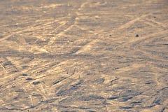 O fundo do esqui - trilhas em declive do esqui na inclinação do esqui - esqui arrasta na inclinação do esqui Fotografia de Stock Royalty Free