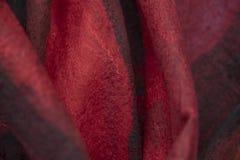 O fundo do feltro drapeja é vermelho preto fotos de stock royalty free