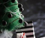 O fundo do feriado apresenta a caixa de presente sob a árvore de Natal Fotografia de Stock