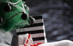 O fundo do feriado apresenta a caixa de presente sob a árvore de Natal Imagens de Stock Royalty Free