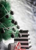 O fundo do feriado apresenta a caixa de presente sob a árvore de Natal Fotos de Stock