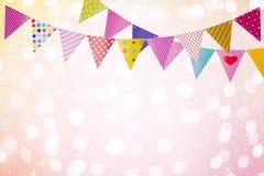 O fundo do feriado com as bandeiras coloridas sobre luzes abstratas e incandesce Fotos de Stock