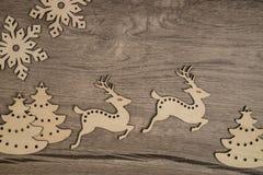 O fundo do inverno com Natal de madeira brinca, espaço para seu tex Foto de Stock