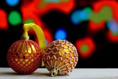 O fundo do Natal com bolas decorou os grânulos de vidro Fotos de Stock