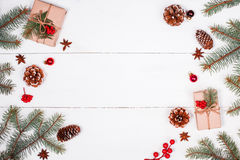 O fundo do Natal com presente do Natal, abeto ramifica, cones do pinho, flocos de neve, decorações vermelhas Xmas e ano novo feli Fotos de Stock