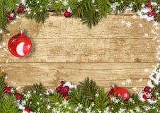 O fundo do Natal com uma beira do abeto ramifica, ball&holly Fotos de Stock