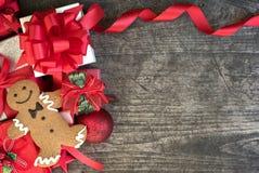 O fundo do Natal decora com a cookie do homem de pão-de-espécie no vin Fotografia de Stock Royalty Free