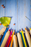 O fundo do vintage coloriu a tabela do azul dos frutos do outono dos lápis Fotos de Stock Royalty Free