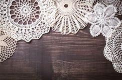 O fundo do vintage com branco faz crochê o laço Foto de Stock Royalty Free