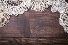 O fundo do vintage com branco faz crochê o laço Imagem de Stock