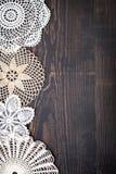 O fundo do vintage com branco faz crochê o laço Fotografia de Stock