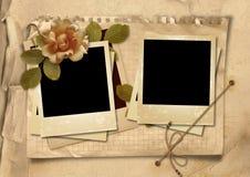 O fundo do vintage com quadros velhos do polaroid e aumentou Fotografia de Stock Royalty Free