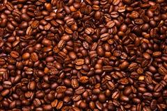 O fundo dos feijões de café, muitos feijões de café fecha-se acima Fotos de Stock