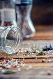 O fundo dos grãos de pimenta e a manjericão dispersaram em uma superfície de madeira resistida velha após ter preparado e ter tem Foto de Stock Royalty Free