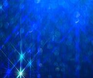 O fundo dos raios de brilho brilhantes no azul ilustração do vetor