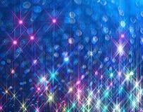 O fundo dos raios de brilho brilhantes no azul imagem de stock royalty free