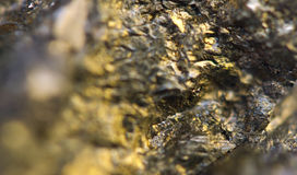 O fundo dourado para você projeta a gema macro da foto Imagem de Stock Royalty Free