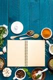 O fundo e a receita culinários registram com as especiarias na tabela de madeira Imagens de Stock