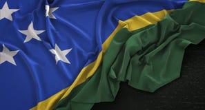 O fundo escuro 3D de Solomon Islands Flag Wrinkled On rende Imagens de Stock