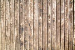 O fundo está em placas de planeamento idosas com uma estrutura pronunciada dos redemoinhos de madeira foto de stock royalty free