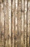 O fundo está em placas de planeamento idosas com uma estrutura pronunciada dos redemoinhos de madeira fotos de stock