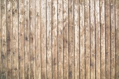 O fundo está em placas de planeamento idosas com uma estrutura pronunciada dos redemoinhos de madeira imagem de stock