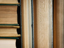 O fundo feito de livros velhos arranjou nas pilhas Imagens de Stock Royalty Free