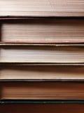 O fundo feito de livros velhos arranjou nas pilhas Fotos de Stock Royalty Free