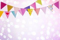 O fundo festivo com as bandeiras coloridas sobre luzes abstratas e incandesce Imagens de Stock