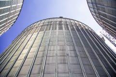 O fundo, metal barrels celeiro no fundo do céu Fotografia de Stock Royalty Free