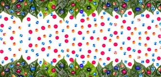 O fundo natural do feriado da bandeira com verde sae em um fundo branco Imagens de Stock