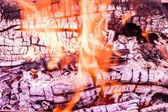 O fundo ou a textura de fogo, de fumo, de madeira, de cinza e de carvão ardentes imagens de stock
