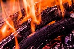 O fundo ou a textura de fogo, de fumo, de madeira, de cinza e de carvão ardentes fotos de stock royalty free