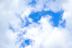 O fundo pairoso ilumina - o movimento branco do efeito da nuvem do céu azul acima da base da foto do design web fotografia de stock