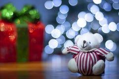 O fundo para a mensagem do Natal com vermelho de Santa iluminou a árvore da caixa de presente e de Natal com luzes de Natal imagens de stock royalty free
