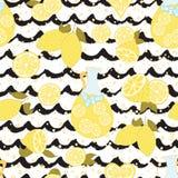 O fundo sem emenda brilhante com a fatia amarela do limão, a limonada e a mão preta do grunge tiradas acena Fotos de Stock