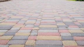 O fundo, textura de pavers coloridos urbanos molda em geral Quadro horizontal Imagens de Stock