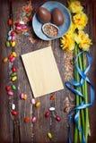 O fundo vazio da Páscoa com ovos da páscoa e mola floresce fotografia de stock