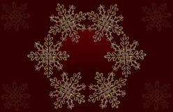 O fundo vermelho com shinny flocos de neve Imagens de Stock